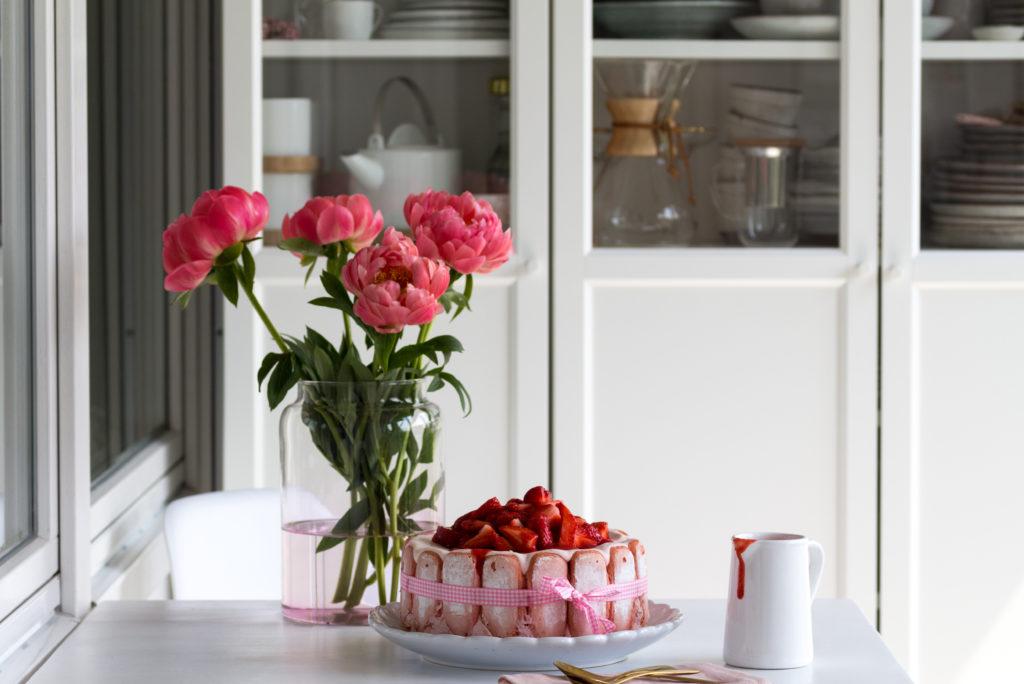 Erdbeeren und Pfingstrosen