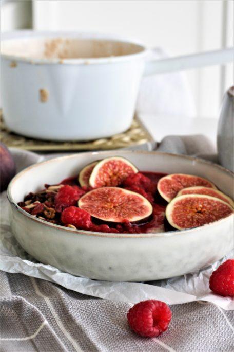 Warmes Frühstück - Porridge mit heißen Himbeeren Houseno37