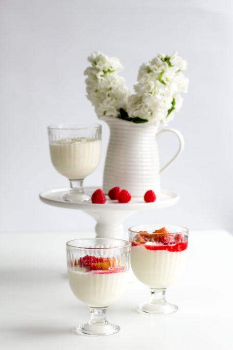 Joghurtcreme mit Rhabarber und Himbeeren