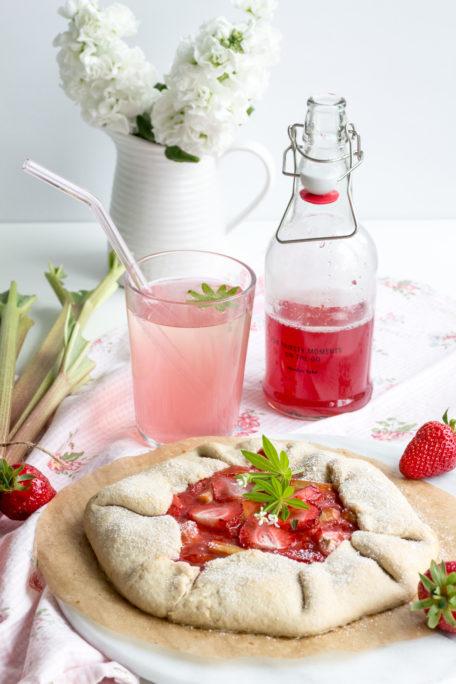 Erdbeeren-Rhabarber-Galete und Rhabarbersirup