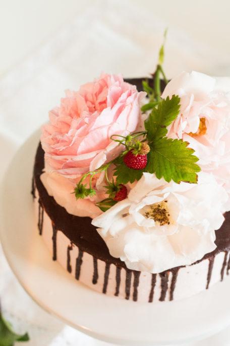 Torte mit Erdbeeren und Minze