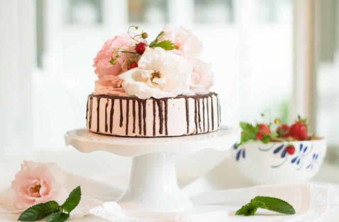Drip Cake mit Erdbeeren und Minze