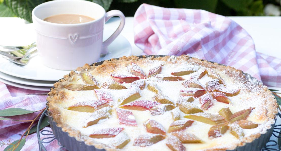 Rhabarberkuchen mit Marzipan im Rautenmuster