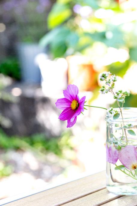Vase mit Blüten verzieren