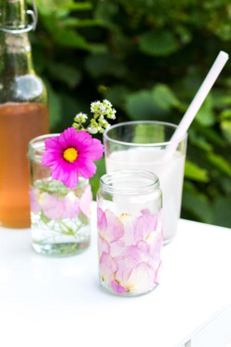 Sommer-DIY-Windlicht-mit-Blüten-verzieren-