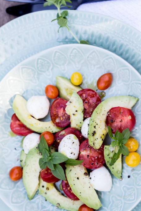 Tomaten-Avocado-Salat mit Mozzarella