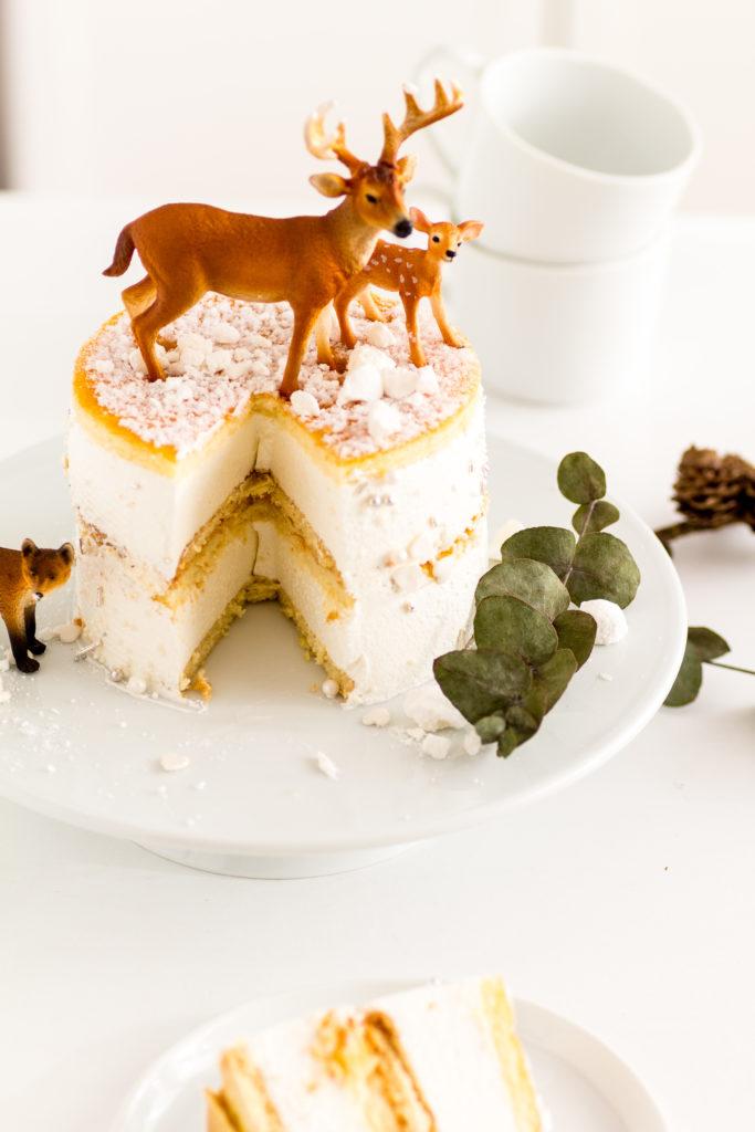 Eine Käse-Sahne-Torte ist auf der Kaffeetafel immer gerne gesehen. Hier habe ich ein Rezept für den Klassiker im Winterkleid.