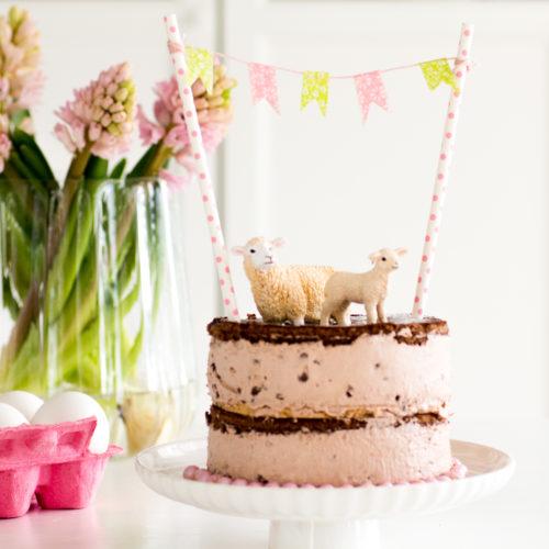 Bei mir seht ihr heute diese wunderschöne Schoko-Bon-Torte mit Osterhäschen - eine Torte, die ich schon seit Jahren einmal backen wollte. Das Rezept stammt aus der Zeitschrift Lecker und ich habe nichts weiter daran verändert, außer in die Mitte der vielen leckeren Schoko-Himbeer-Torte Rezept