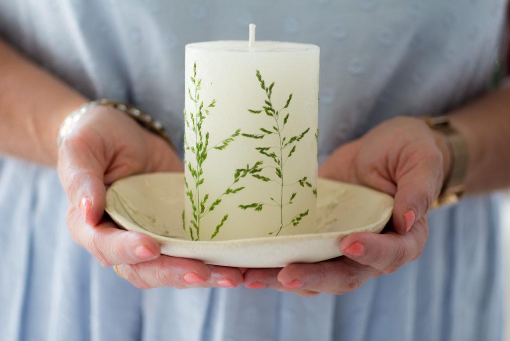Kerze-mit-gepressten-Gräsern-verzieren