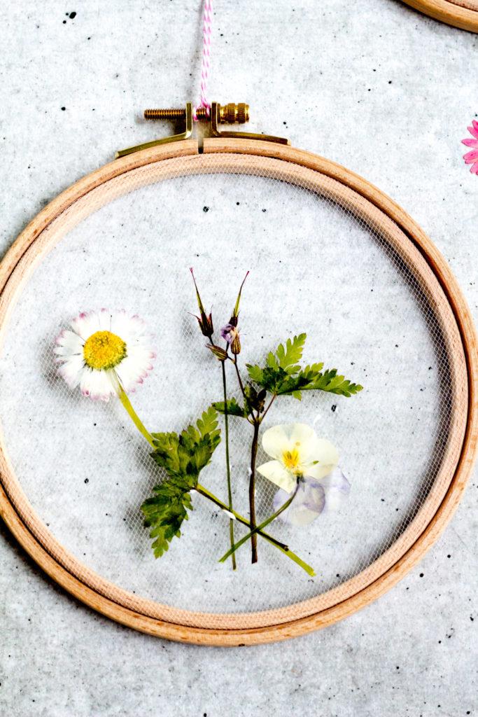 Stickring-mit-gepressten-Blüten